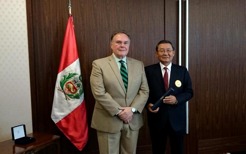 Gobierno del Japón otorga condecoración al Embajador del Perú