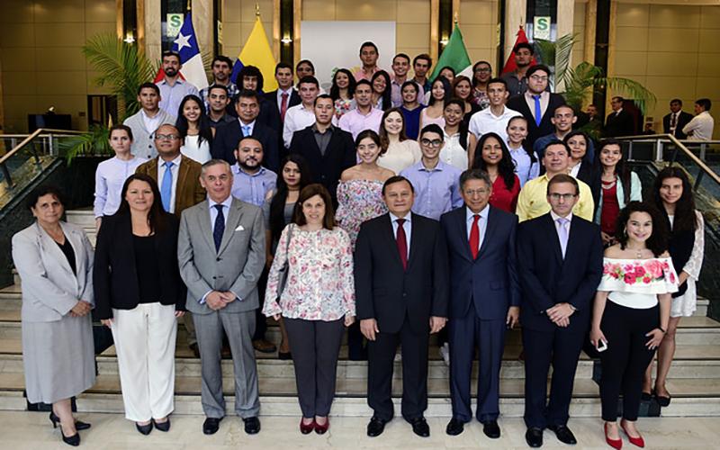 Becarios de la Plataforma de Movilidad Estudiantil y Académica de la Alianza del Pacífico son recibidos en Cancillería